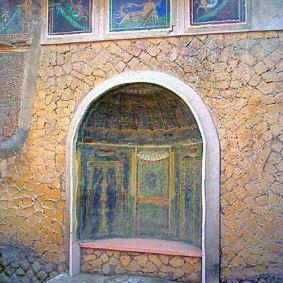 Παράδειγμα από Lararia 5 Οικιακός βωμός της ύστερης αρχαιότητας