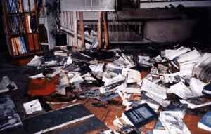 Die Buchhandlung des Epikureers Marios Verettas nach dem Brandanschlag.