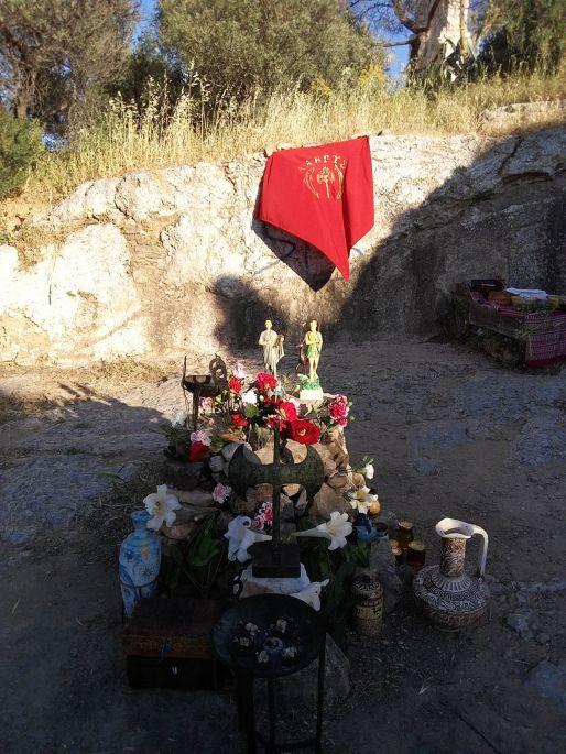 Das Fest der Delphinia in Athen. Zu sehen ist der Altar der Labrys-Gemeinschaft auf dem Philopapposhügel.