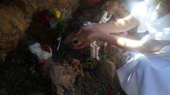 Die kretische Kultgemeinschaft zelebriert das Fest der Charisia-Aphrodisia in der heiligen Höhle der Eileithyia.